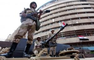 Des soldats égyptiens montent la garde devant l'audiovisuel public. ©Reuters/Louafi Larbi