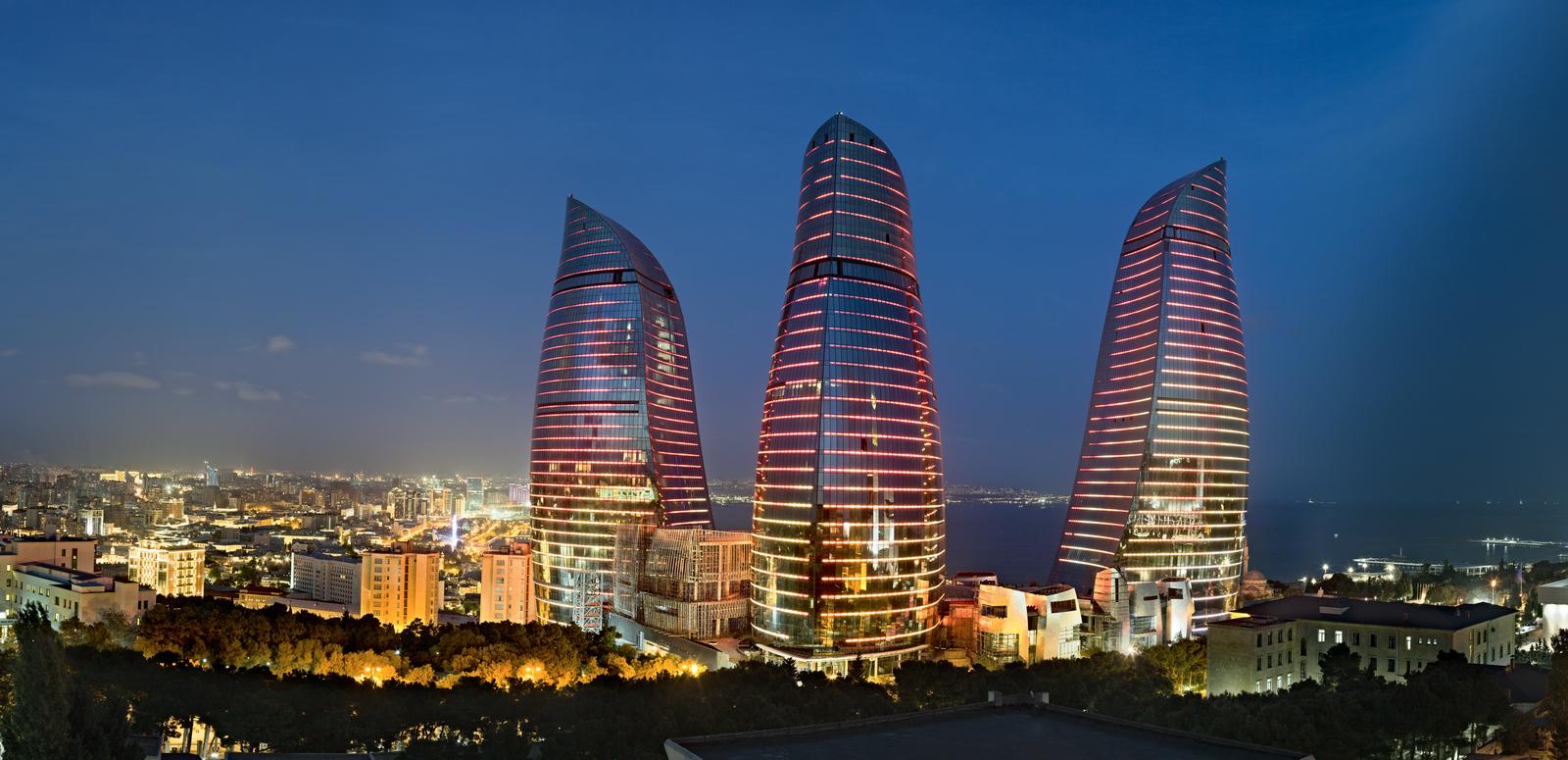 A Bakou, la France au filtre médiatique russe